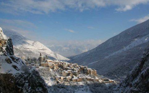 Blick auf ein Bergdorf in den Abruzzen