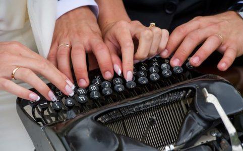 Le mani scrivono sulla macchina da scrivere